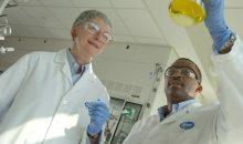 Platz eins, vor allem bekannt für die rautenförmige Pille im charakteristischen Blau des US-Konzerns: Pfizer, mit einem Jahresumsatz von 45,5 Mrd. US-Dollar. (Bild: Pfizer / Glover Park Media)
