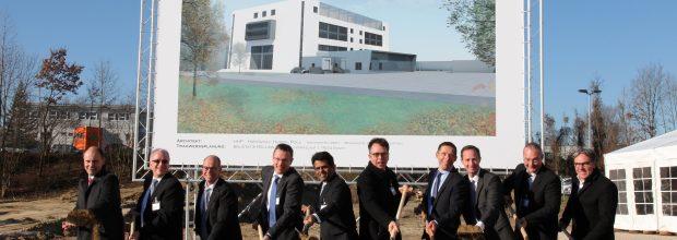 Am 29. November setzte Takeda den ersten Spatenstich für einen 100 Mio. Euro teuren Neubau, in dem ab 2019 in Singen Impfstoffe gegen Dengue-Viren produziert werden sollen. Bild: Takeda