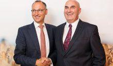 Bis beide gemeinsam lächeln konnten, war es ein zähes Ringen: Der Bayer-Vorstandsvorsitzende Baumann und Monsanto-CEO Grant verkünden die Übernahme des Jahres. (Bild: Bayer)
