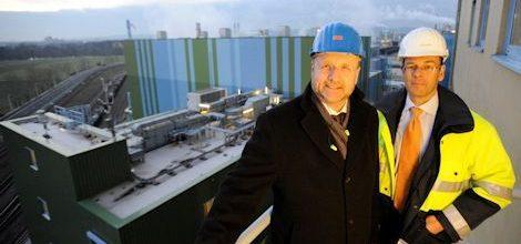 Die beiden Geschäftsführer der Infraserv Höchst bei der Besichtigung des Ersatzbrennstoff-Kraftwerks. Bild: Infraserv Höchst
