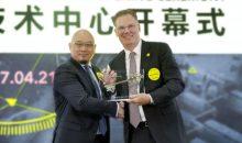 Michael Mohr (rechts), Executive Vice President Sales Automation, und Jonathan Kwok, CEO Automation & IT China, bei der Eröffnungszeremonie. (Bild: SSI Schäfer)