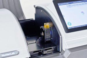 Die Geräte verfügen jeweils über einen integrierten Touch Screen mit QC-Software (Bild: Hunterlab)