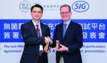 Chii-Cherng Liao, Director General bei Firdi (links), und Markus Boehm, Chief Market Officer bei SIG Combibloc, feiern den offiziellen Beginn ihrer strategischen Partnerschaft. (Bild: SIG Combibloc)