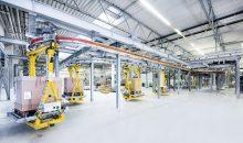 Zwischen dem Lagerkomplex und der Produktion ermöglicht eine Elektrohängebahn automatisierte, interne Transporte.