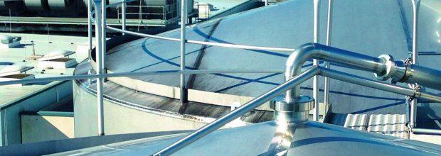 Ein kompliziertes Geflecht aus Rohrleitungen, Tanks, Aufbereitungs- und Heizanlagen zieht sich durch den gesamten Standort.