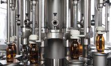 Ein Pharmaunternehmen wollte seine Produktionslinie für Hustensaft erweitern . Die Herausforderung: Zum einen ist der abzufüllende Saft sehr dickflüssig, zum anderen musste die Anlage in der Lage sein, drei verschiedene Verschlusselemente aufzubringen. Mit der gefundenen Lösung konnte der Betreiber seine Ausbringung mehr als verdoppeln. Dabei unterstützen ihn ein individuell zu programmierendes CIP-System und das automatische Ausschleusen fehlerhafter Produkte. (Bild: Bosch Packaging)