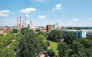 Der Produktionsstandort von Henkel in Düsseldorf ist einer von sechs Standorten des Unternehmens, die 2017 gemäß des Lieferkettenzertifizierungsstandards des Roundtable on Sustainable Palm Oil (RSPO) ausgezeichnet wurden. (Bild: Henkel)
