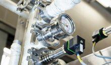 Der Drucksensor PBMH in der Technikkammer eines Sterilisators. Die Kühlrippen am Sensor entkoppeln die Prozesstemperatur von der Elektronik, was einen zeitlich unbegrenzten Einsatz im Hochtemperaturbereich ermöglicht. (Bild: Baumer)