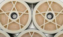 Die Membran-Filterelemente der Reihe Lewa- Brane von Lanxess bestehen aus Polyamid-Kompositmembranen, die in mehreren Lagen zu einem spiralförmigen Element aufgewickelt werden. Mit dem CCRO-Modul der Software Lewa-Plus lassen sie sich auch in Umkehrosmose-Systeme mit geschlossenem Kreislauf integrieren. (Bild: Lanxess)