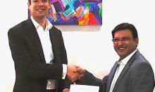 Oliver Bruns, CEO der Edelmann Group, und Anil Kumar, CEO M.K. Printpack, nach der Unterzeichnung des Joint Ventures. (Bild: Edelmann Group)