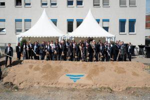 Bekenntnis zum Standort: Der symbolische erste Spatenstich für den Neubau erfolgte am 27.04.2018. (Bild: Fresenius Medical Care)