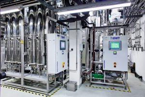 2 Anlage Multitron zur Herstellung von WFI (links) und und Reinstdampferzeuger Vapotron (rechts)