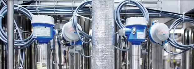 Kapazitive Füllstandmessungen und Temperatursensoren in den Destillationskolonnen der WFI-Anlage. (Bilder: Endress+Hauser)