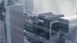 cab produkttechnik 1804pf099_Etikettiermaschinen Etikettiersystem Schwenkapplikator 3214 Achema2018
