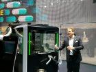 Jan Erik Kruse, Fette, präsentiert die neue Kapselfüllmaschine. Bild: Redaktion