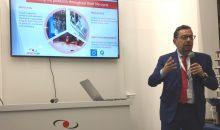 CEO Emidio Zorzella erklärt auf der Achema die Bedeutung des Smart-Data Managements. (Bild: Redaktion)