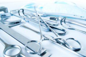 Die Johnson&Johnson-Sparte ASP vertreibt Lösungen zur Sterilisation von chirurgischem Besteck. (Bild: babsi_w – Adobe Stock)