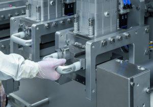 Wechsel von Schneidwerkzeugen an der Optima TDC125. (Bild: Optima)