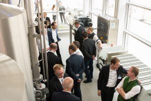 An der Eröffnung der Forschungsbrauerei nahmen Kunden, Wissenschaftler und andere Experten aus der Branche sowie der Krones-Vorstand und Mitarbeiter teil. (Bild: Krones)