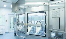 Das Multiuse-Konzept von Optima setzt auf Robotertechnik im Isolator, um formatflexible Anlagen für sehr kleine Losgrößen zu ermöglichen. Bild: Optima