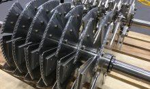 """Der Spalthammer (hinterer Rotor) zerhackt das Material mit Prall- und Scherkräften, die Sägeblätter """"Priodon"""" (im Vordergrund zu sehen) zerschneiden das Material wie eine Säge. Bild: Nara"""