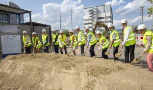 Erster Spatenstich am 21. August 2018: Geschäftsführer Infrastruktur Europa Dr. Douglas Khoo (5. v.l.), der rheinland-pfälzischen Ministerpräsidentin Malu Dreyer (6.v.l.), Landesleiter Stefan Rinn (7. v.l.) und Leiter Supply Chain & Global Quality Dr. Torsten Mau (8. v.l.).