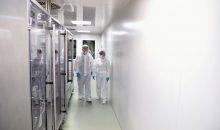 1: Um eine Kontamination mit Bakterien zu verhindern, wird in Reinräumen der Pharmaindustrie zunehmend Wasserstoffperoxid eingesetzt. (Bild: industrieblick - stock.adobe.com)