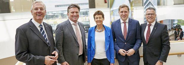 Mit den Vertretern von Roche freuen sich Baden-Württembergs Sozialminister Manfred Lucha (2. v. l.) sowie Dr. Gottfried Ludewig (2. v. r.), Abteilungsleiter für Digitalisierung im Gesundheitsministerium.