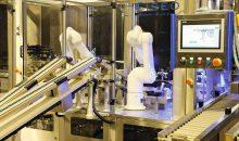 Je zwei Sechsachs-Roboter übernehmen das Vereinzeln der leeren und das Gruppieren der gefüllten Glasbehälter – mit einer Taktrate von 600 Einheiten pro Minute. (Bilder: Stäubli)