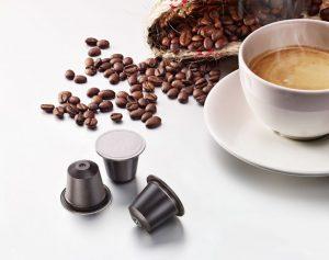 Zusammen mit Golden Compound bringt Alpla eine Weltneuheit auf den Markt: die erste heimkompostierbare Kaffeekapsel. (Bild: Alpla)
