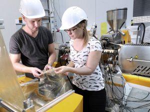 Aus rezykliertem Verpackungsabfall entsteht im Fraunhofer IVV eine reine PE-Folie mit Neuware-Eigenschaften. (Bild: Fraunhofer)