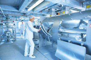 Mit einer neuen Mischlinie hat der Lohnhersteller seine Produktionskapazitäten auf rund 10.000 t/a erweitert. (Bild: Sternmaid)