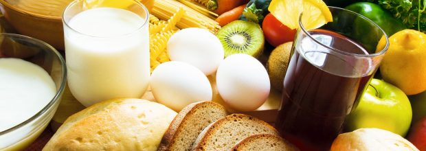Lebensmittel stellen ganz unterschiedliche Anforderungen an die eingesetzen Komponenten und Werkstoffe. (Bild: Inga Nielsen, Adobe Stock)