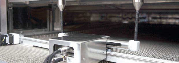 Der Linear Twinscan wird direkt in den Heißlufttsterilisiertunnel eingesetzt und über das Bedienpannel des Tunnels gesteuert.  (Bild: Bausch & Ströbel)