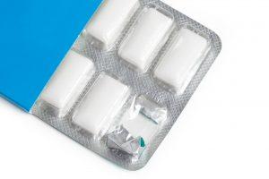Süßwaren mit weißem Überzug enthalten oft Titandioxid als Zusatzstoff E171. Frankreich verbietet den Zusatzstoff für Lebensmittel ab 20202. (Bild: Feng Yu – Fotolia)