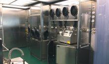 Arbeitsplatz in einem der beiden Containment Bereiche (01) mit zwei RABS und einer Schleuse in einem Laminarflow-System sowie einem Waschtisch. (Bilder: ART)