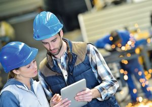 2_Servicetechniker in Fabrik mit Tablet
