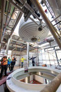 Der 80-m3-Fermenter mit einem Gewicht von 20 t wird im Gebäude positioniert. (Bild: Bayer)