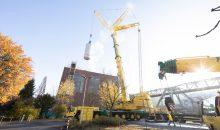 Der 80 m3-Fermenter wird per Kran in das Produktionsgebäude abgesenkt. (Bild: Bayer)