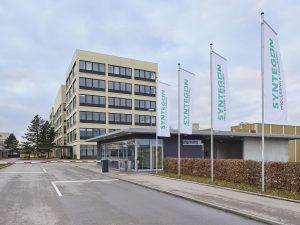 Vor der Zentrale des Unternehmens in Waiblingen wehen schon die neuen Fahnen.
