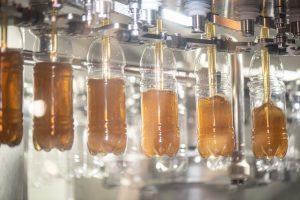 Der Contipure AseptBloc DN bei Spitz entkeimt mit gasförmigem Wasserstoffperoxid und verarbeitet 24.000 Behälter pro Stunde. (Bild: Krones)