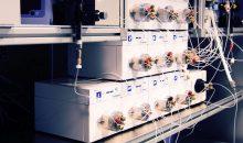 Am Max-Planck-Institut für Kolloid- und Grenzflächenforschung hat ein Team um Kerry Gilmore und Peter Seeberger einen Automaten für die radiale Synthese entwickelt. Das Herzstück bildet der zylindrische Behälter am unteren Bildrand – in ihm finden die Reaktionen statt.  Bild: MPI für Kolloid- und Grenzflächenforschung/  Sourav Chatterjee