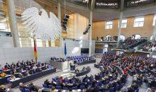Die Politik könnte die deutsche Pharmaindustrie in Zukunft stärker kontrollieren. (Bild: Deutscher Bundestag/Thomas Trutschel/photothek.net)