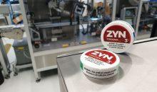 Runde, flache  Dosendeckel – wie hier für Snus – zu etikettieren, ist eine Herausforderung. (Bilder: Herma)