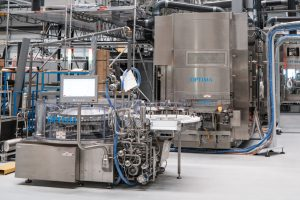 Eine Hochleistungs-Abfüllanlage wie diese wird derzeit für Catalent angepasst. Die Anlagenkomponenten werden derzeit im neuen CSPE-Center schnell und sicher zusammengeführt. (Bild: Optima)