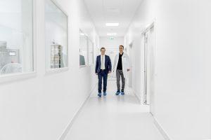Diosna Geschäftsführer, Henrik Oevermann links und Leiter des ProcessLab Michael Benjamin rechts, begehen das neue Osnabrücker Technikum.
