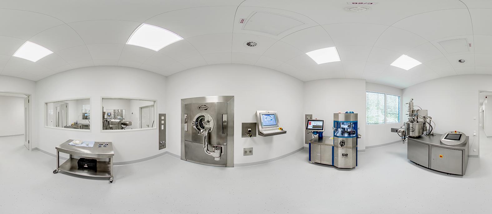 Panoramabild Diosna ProcessLab – Pilot Labor mit Singlepotprozessor VAC 50 (Reihe P/VAC 10-60), Tablettenpresse (Natoli), Tablettencoater HDC 50