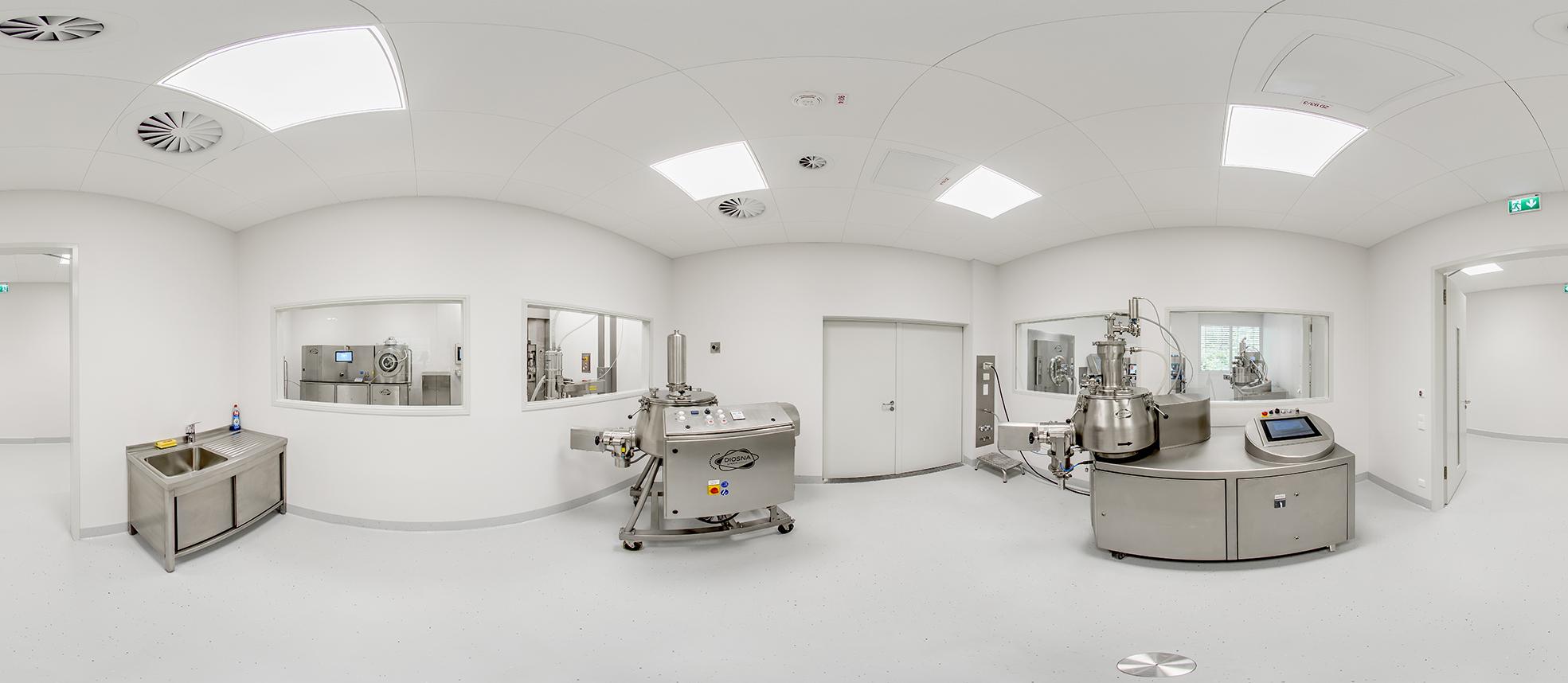 Panoramabild Diosna ProcessLab – Mischer-Labor mit Unviersalmischer V100 und High Shear Granulator P60 (Reihe P/VAC 10-60), Tablettenpresse (Natoli), Tablettencoater HDC 50