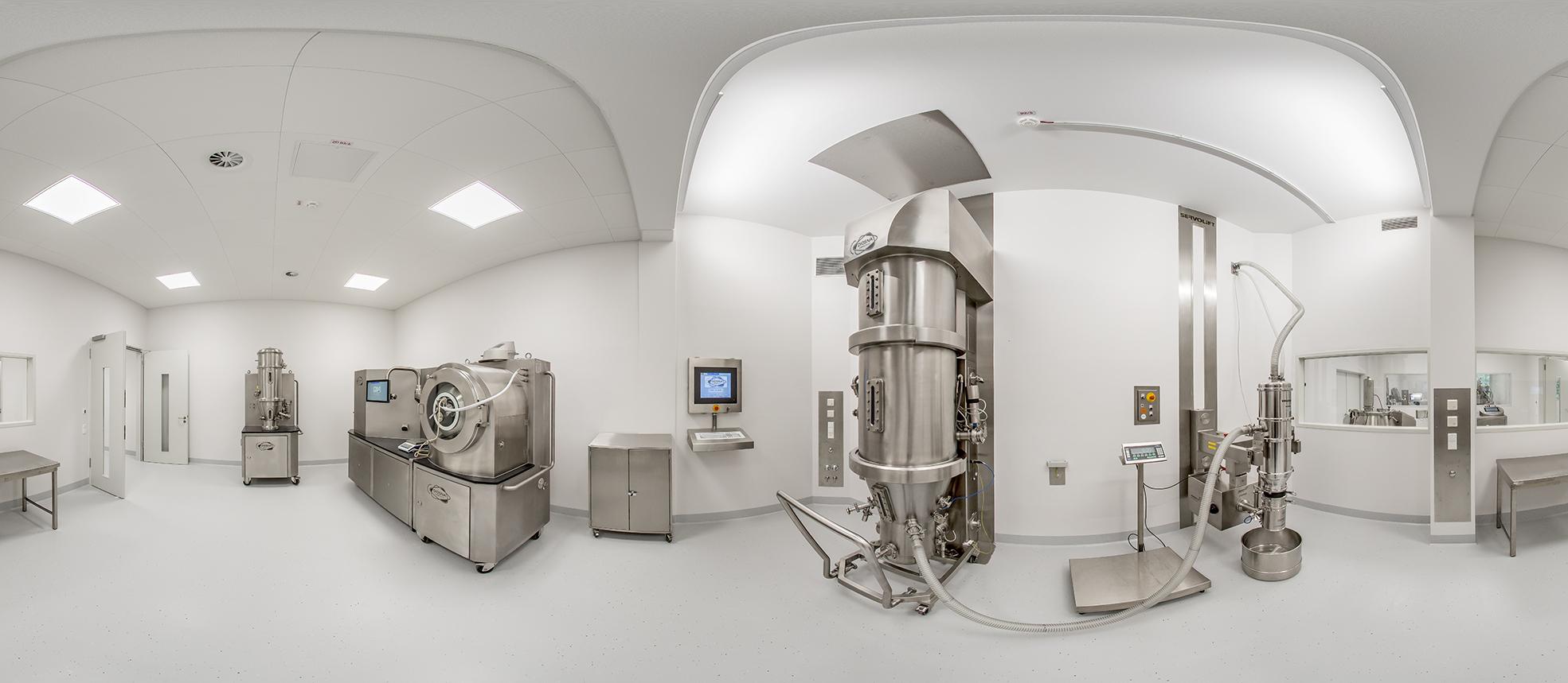 Panoramabild Diosna ProcessLab – Rapid Change (RC) Labor mit MidiLab RC mit Coater- und Wirbelschichttrockner- Modul, Wirbelschichttrockner CAP 10-80 RC, Hubsäule (Servolift), Vakuum-Entleerer (Volkmann), Siebmühle (Frewitt)